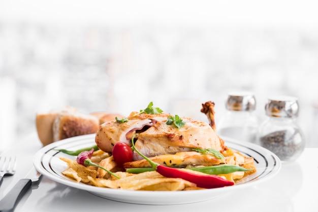 Apetitosa pechuga de pollo asada rellena con guarnición.
