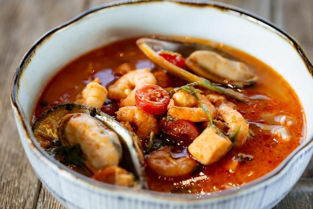 Apetitosa sopa asiática de mariscos tai tom yam