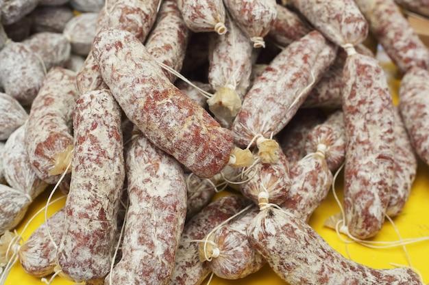 Apetitosas salchichas en el mercado
