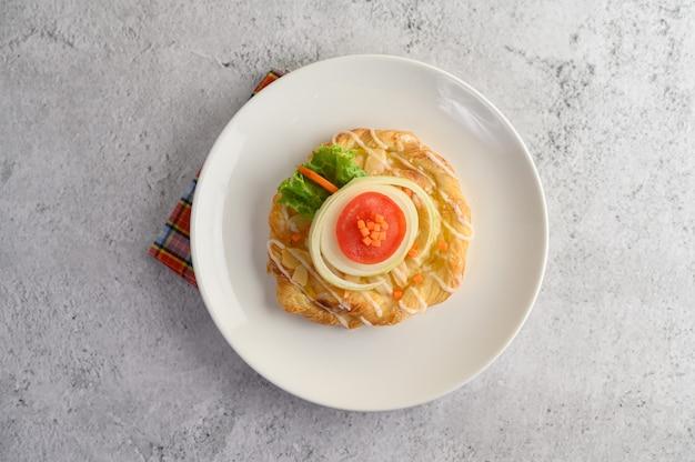 Apetitoso con pan de almendras en plato blanco