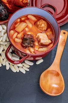 Apetitoso plato de cuchara. fabada asturiana, plato típico de asturias (españa).