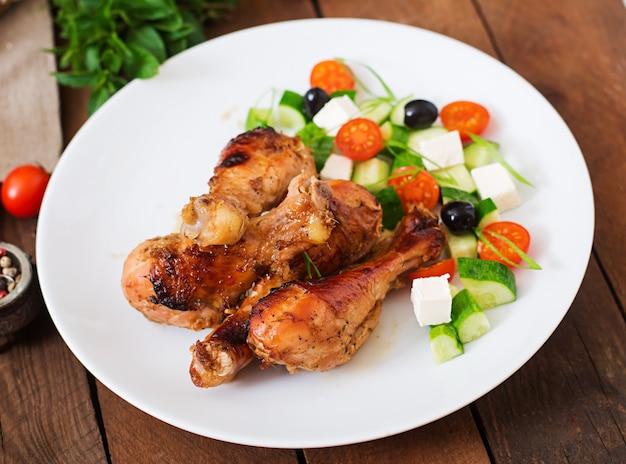Apetitosos muslos de pollo dorado al horno y ensalada griega