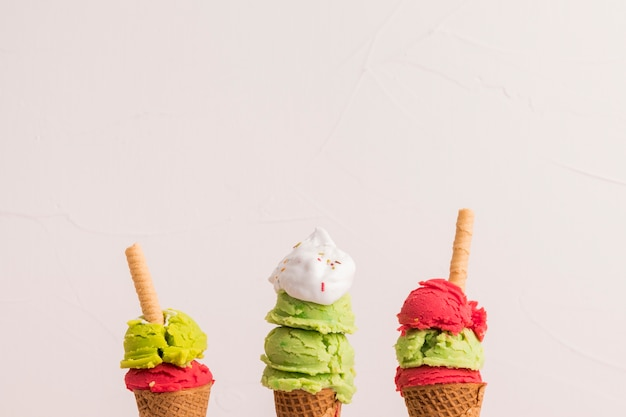 Apiladas de helado apiladas en conos de azúcar