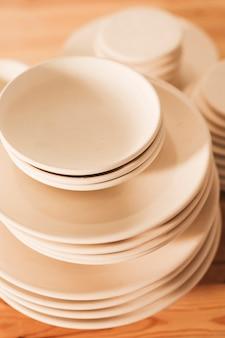 Apiladas de platos de cerámica hechos a mano.