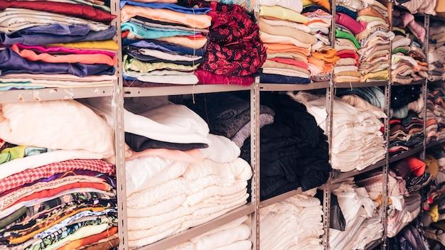 Apiladas de telas de colores en el estante.