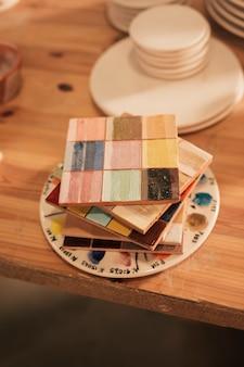 Apilados de madera paleta de cerámica en la mesa
