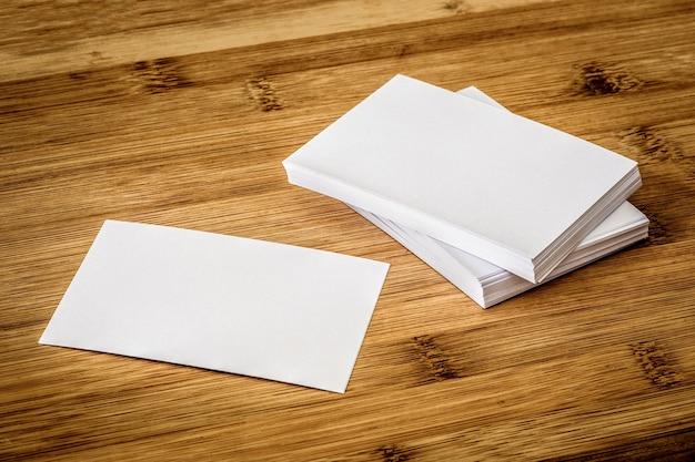 Apilamiento de la tarjeta de visita blanca vacía de la maqueta, la plantilla para el diseño de marca de negocio