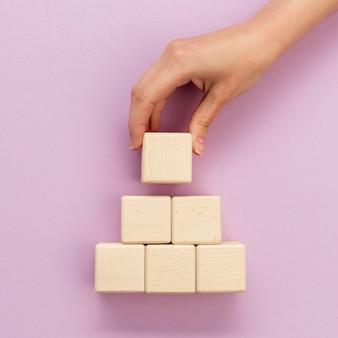 Apilando bloques de madera
