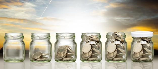Apilar el ahorro de dinero para invertir en su negocio. crecimiento paso hacia arriba para el éxito de la riqueza. concepto de jubilación para obtener ganancias. equilibrar la cuenta de su vida.