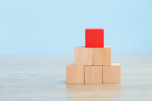 Apilar bloques de madera en pasos, concepto de éxito de crecimiento de negocio
