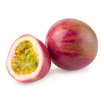 Apile la imagen de la fruta de la pasión aislada en un fondo blanco con trazado de recorte