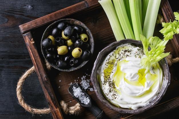Apio fresco con salsa de yogurt