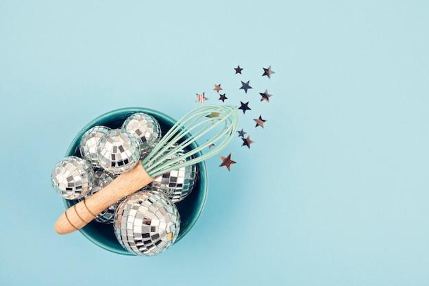 Aplanado con bolas de discoteca en el bol con batidor.
