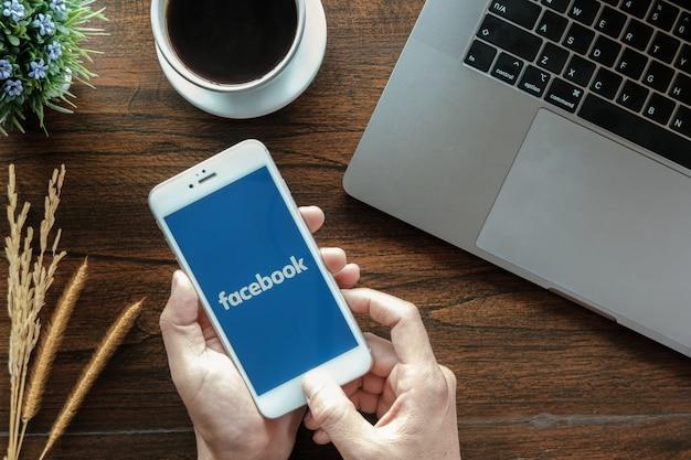 Aplicación de facebook en la pantalla.