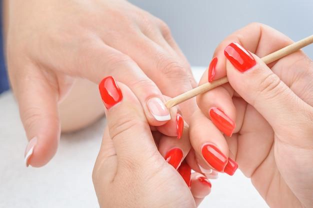Aplicación de manicura - limpieza de las cutículas