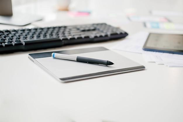 Aplicación de planificación de creative web designer y diseño de plantilla de desarrollo, marco para teléfono móvil. concepto de experiencia de usuario (ux).