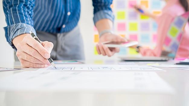 Aplicación de planificación de creative web designer y diseño de plantilla de desarrollo, marco para teléfono móvil.