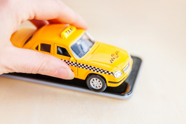 Aplicación telefónica del servicio de taxi para la búsqueda en línea llamando y reservando el concepto de taxi.