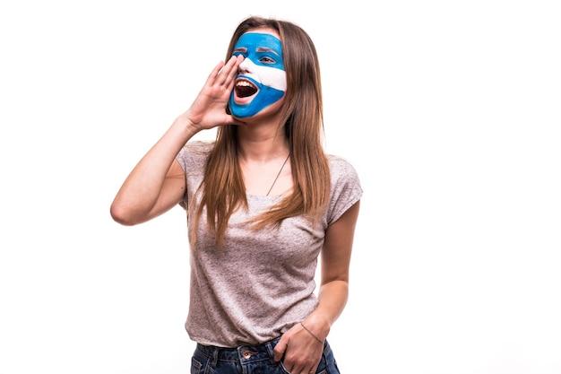 El apoyo del ventilador del equipo nacional de argentina con la cara pintada gritar y gritar aislado sobre fondo blanco.