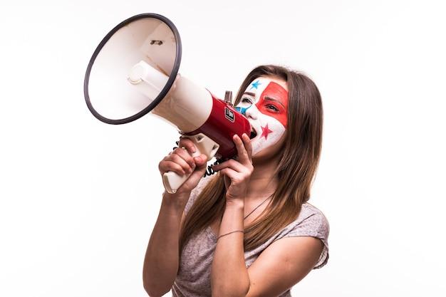 Apoyo del ventilador del equipo nacional de panamá con la cara pintada gritar con altavoz aislado sobre fondo blanco.