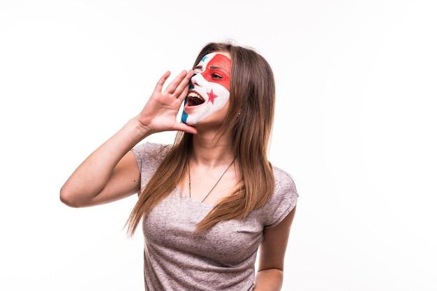 El apoyo del ventilador del equipo nacional de panamá con la cara pintada gritar y gritar aislado sobre fondo blanco.