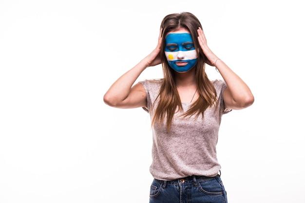 El apoyo del ventilador perdedor molesto del equipo nacional de argentina con la cara pintada aislado sobre fondo blanco.