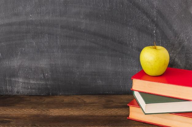 Apple en la pila de libros