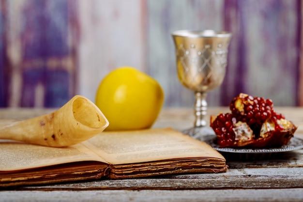 Apple y granada en mesa de madera sobre fondo bokeh