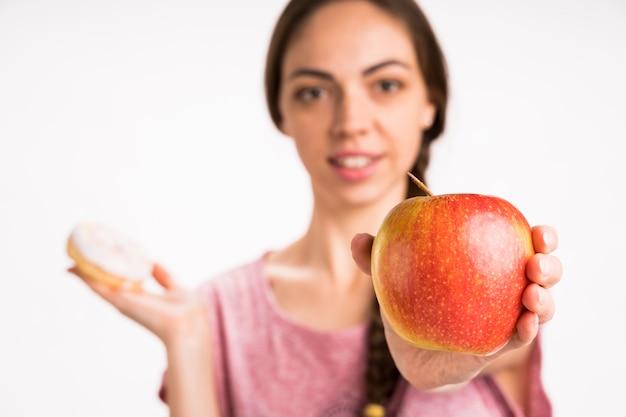 Apple con mujer borrosa en el fondo