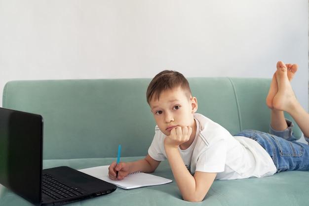 Aprendizaje a distancia en casa con estudiantes. los estudiantes estudian en casa.
