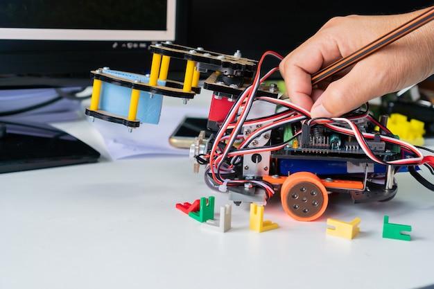 Aprendizaje docente preparando toma nota en robótica educativa stem