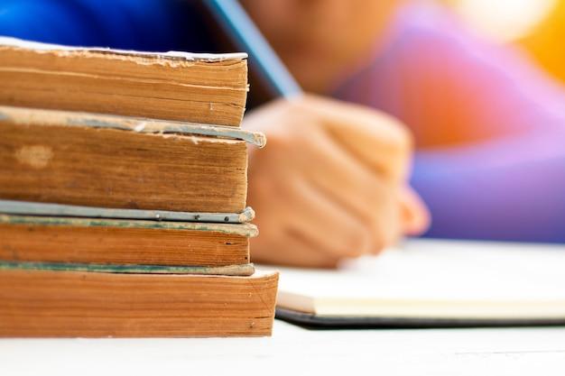 Aprendizaje humano y escritura con libro.