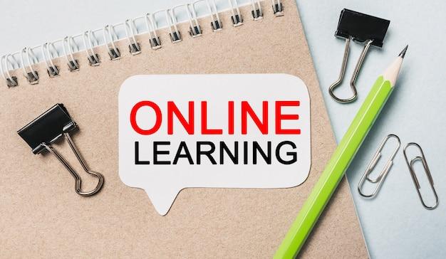 Aprendizaje en línea de texto en una pegatina blanca con espacio para material de oficina