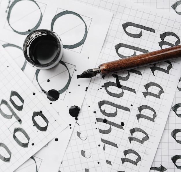 Aprendizaje de papel de caligrafía con ejemplo y tinta de pincel