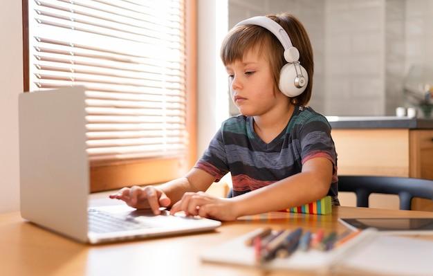 Aprendizaje a través de clases virtuales vista lateral