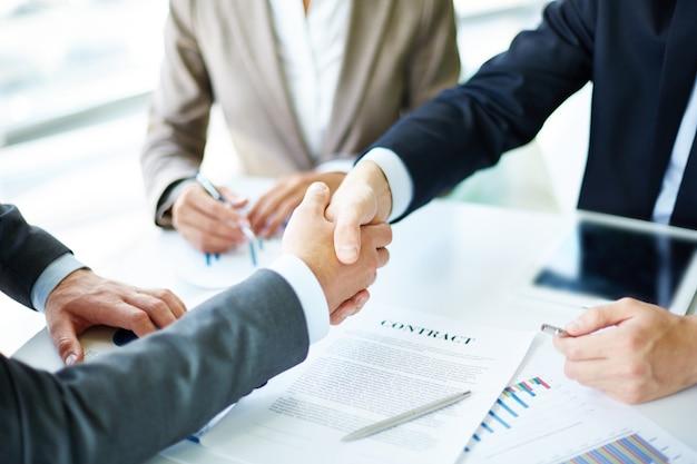 Apretón de manos en primer plano de ejecutivos