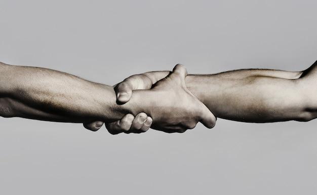 Apretón de manos amistoso, saludo de amigos, trabajo en equipo, amistad. de cerca.