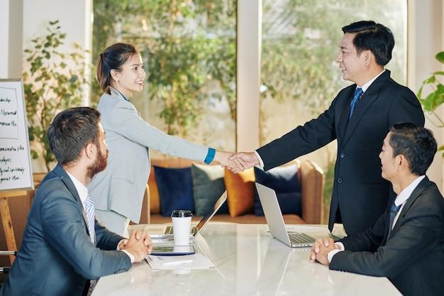 Apretón de manos después de una reunión productiva