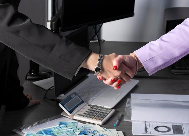 Apretón de manos de dos manos en la oficina en israel