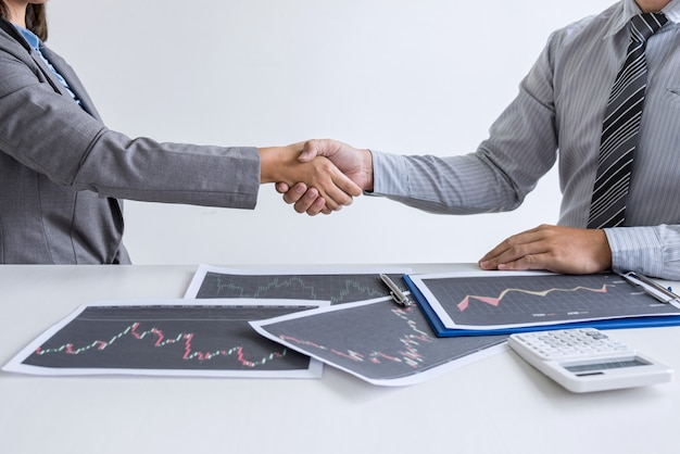 Apretón de manos de dos mujeres líderes de negocios después de un acuerdo de contrato exitoso para convertirse en socio