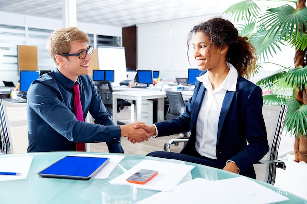 Apretón de manos ejecutivo multi étnico empresarios