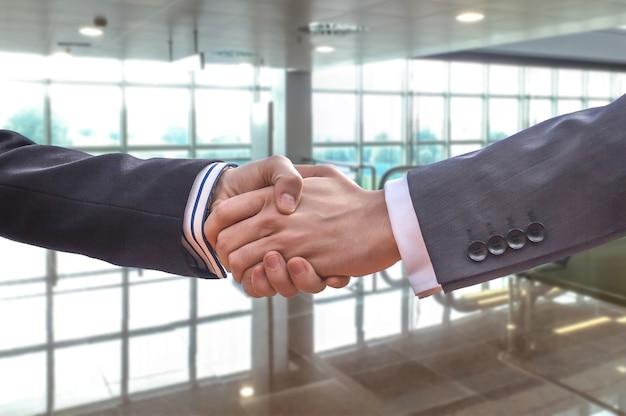 Apretón de manos empresarial para cerrar un trato