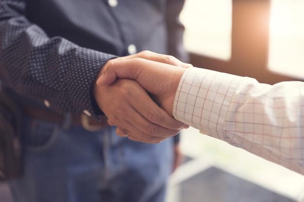 Apretón de manos del empresario por concepto de adquisición de negocios