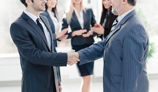 Apretón de manos de un empresario y mujer de negocios