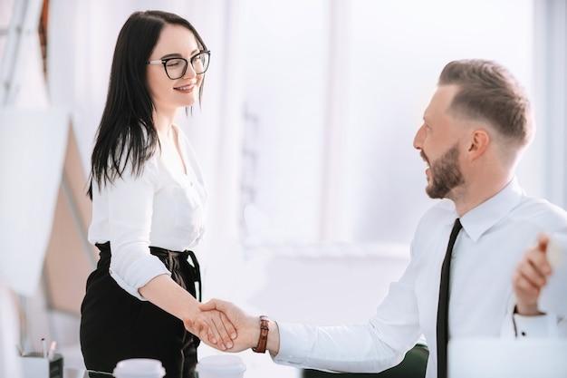 Apretón de manos de empresarios antes de una reunión de negocios. concepto de cooperación