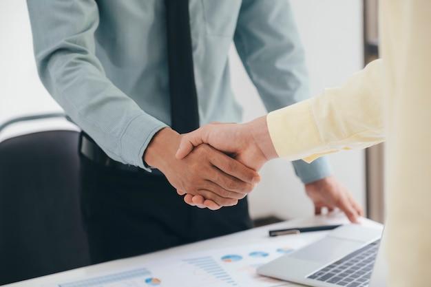 Apretón de manos de empresarios después de un buen trato.