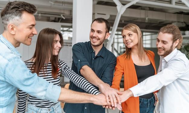 Apretón de manos de empresarios en la reunión de oficina