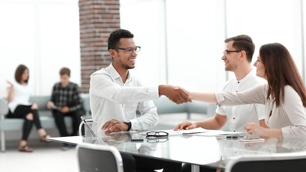Apretón de manos de empresarios en el vestíbulo del moderno centro de negocios. foto con espacio de copia