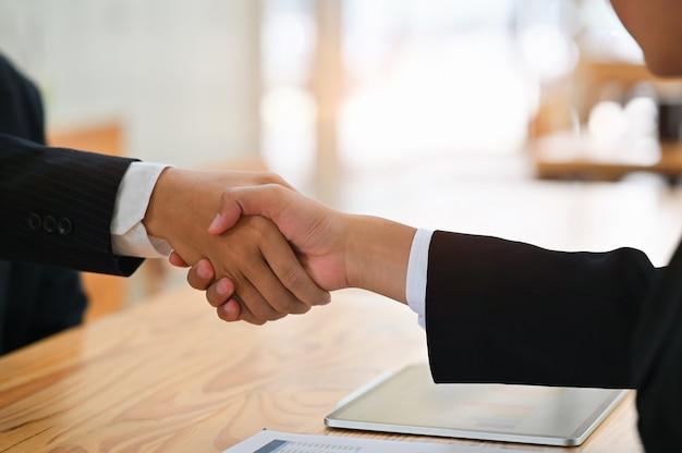 Apretón de manos éxito de la gente de negocios reunión con tiro recortada