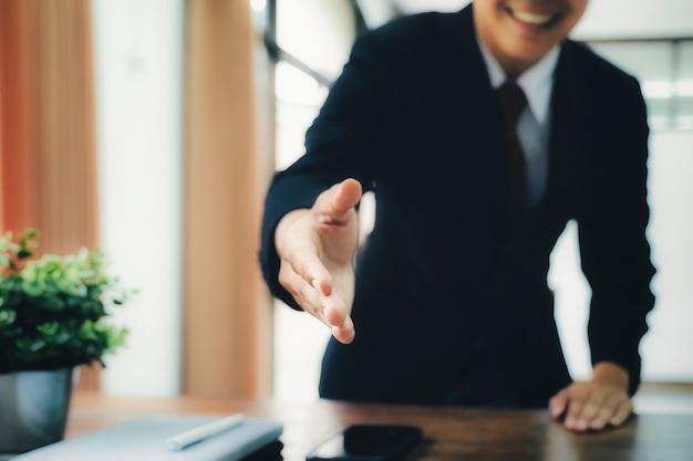 Apretón de manos de hombre de negocios después de buen trato.